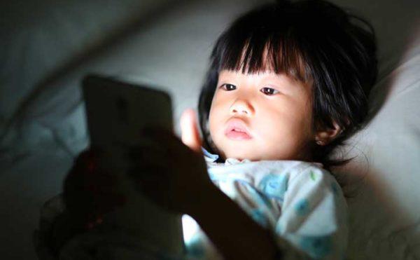 スマートフォンからの光のイメージ